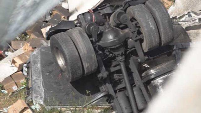 Tir cade da viadotto A2 tra campagna e Contursi